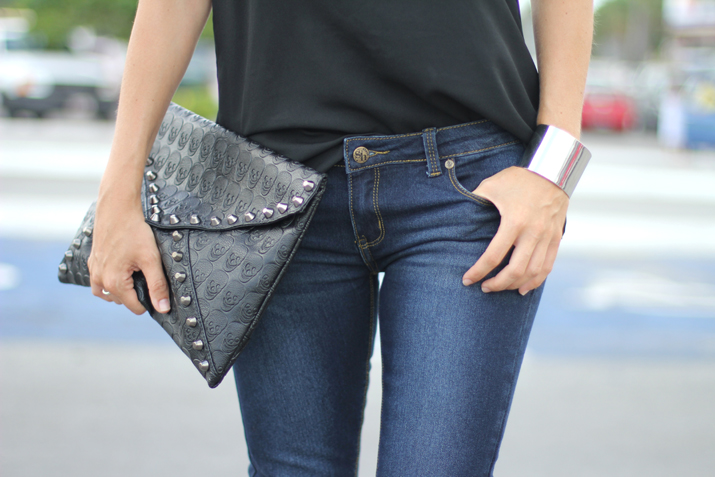 Fashion inspiration photos: jeans, envelope clutch, casual outfit blogger
