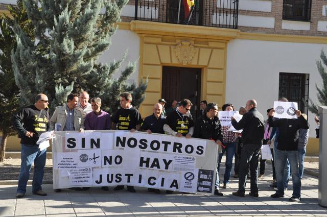 Justicia ciega funcionarios de justicia se concentran for Juzgado de guadix