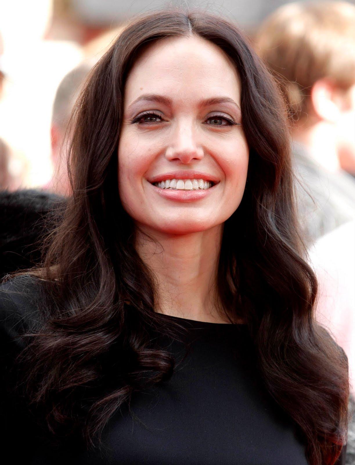 http://4.bp.blogspot.com/-l1US9LUnwhs/Tcqty5oge9I/AAAAAAAAECs/T4VuCKeMFv8/s1600/Angelina-Jolie.JPG