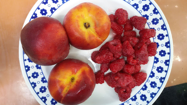 Персики и малины - ингридиенты фруктового мороженого