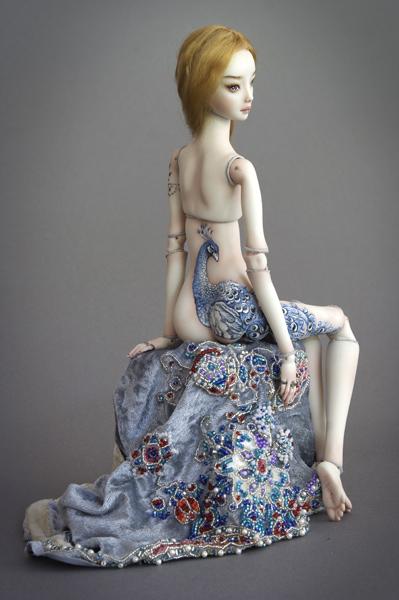 Bella muñeca de porcelana con vestido