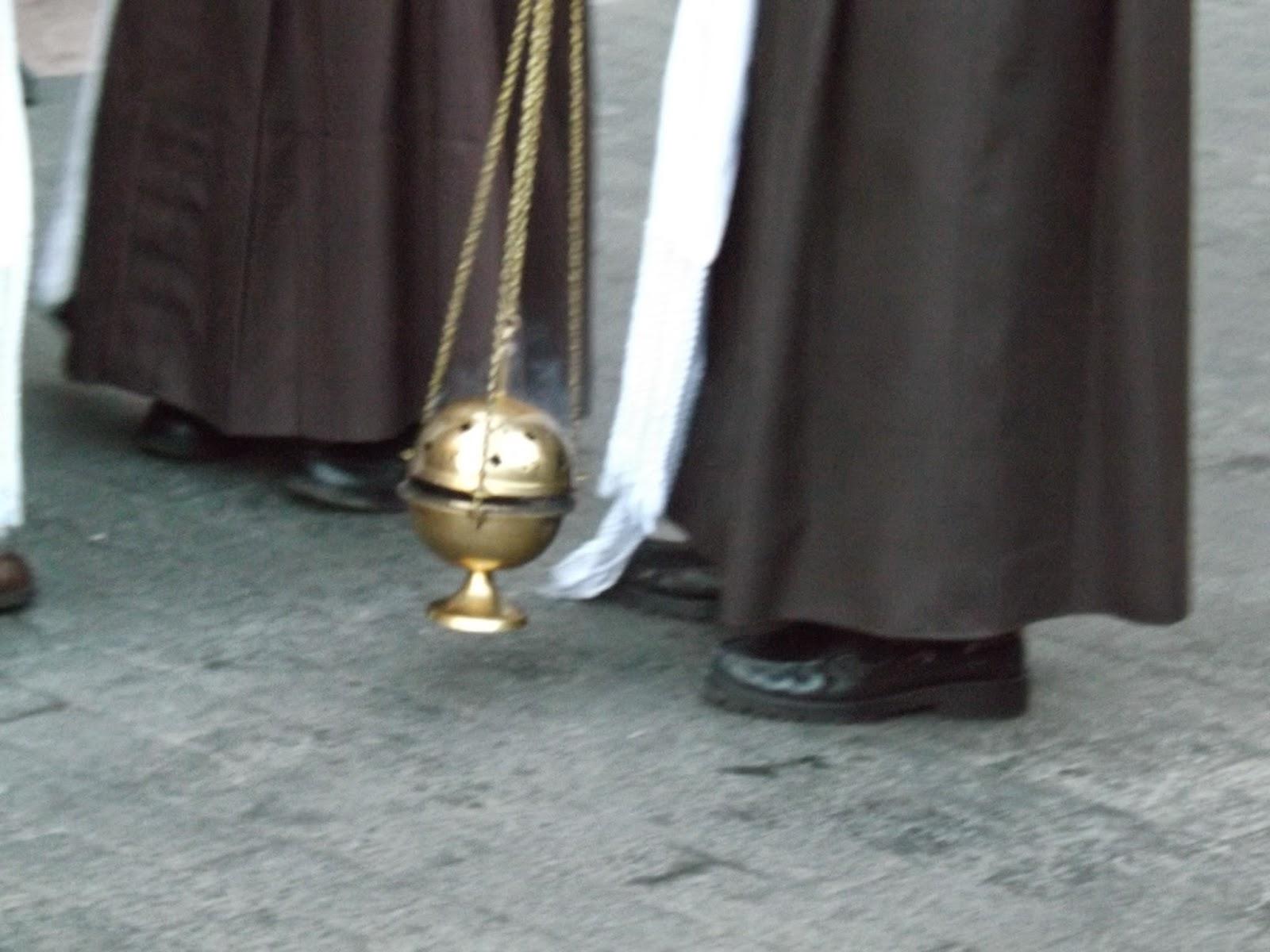 Imagen detalle de un pequeño incensario durante la procesión del Perdón en Semana Santa de León 2015
