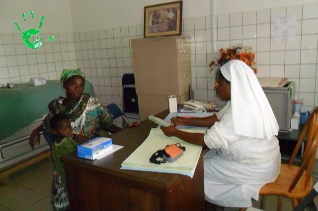consultazione medica presso il dispensario della missione in Togo