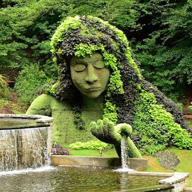 mon jardin fleuri fontaine original avec personnage en pierre recouvert de plante. Black Bedroom Furniture Sets. Home Design Ideas