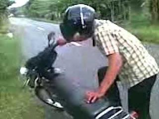 Seorang pria berusaha menghidupkan mesin sepeda motor | YouTube