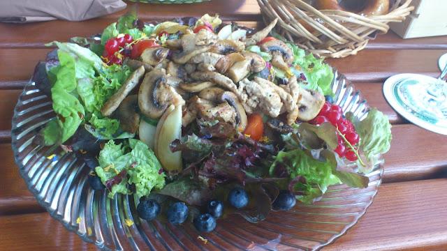 Bunter Salat mit Champignons und Senf- Honig- Dressing
