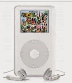 iPod Photo: Στο οποίο εκτός από τη μουσική βιβλιοθήκη του, θα μπορούσε να χωρέσουν μέχρι 25000 ψηφιακές φωτογραφίες και να τις εμφανίσουν τους σε μια έγχρωμη οθόνη. Το iPod Photo κυκλοφόρησε τον Οκτώβριο του 2004