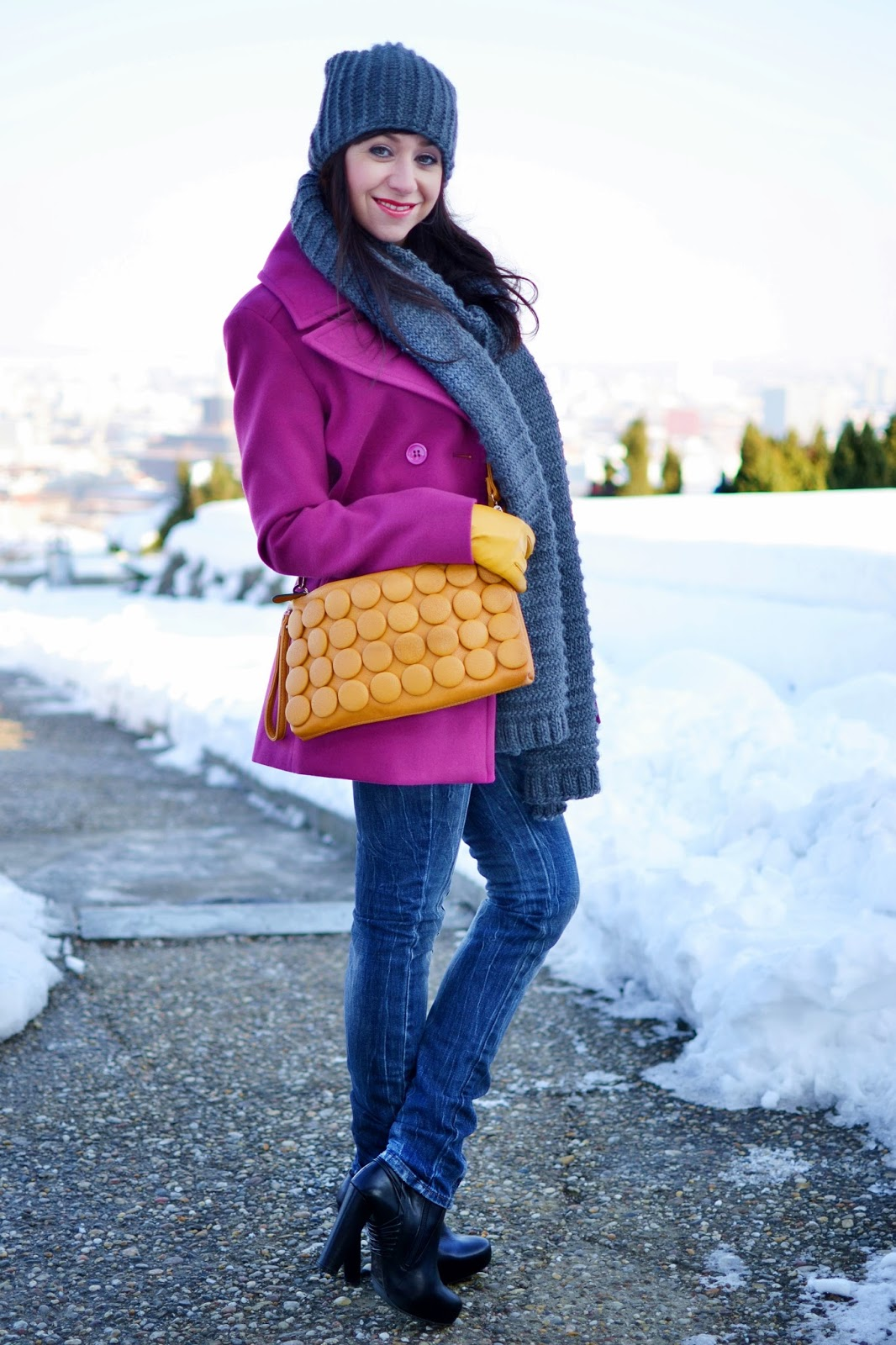 Seven ways how to wear clutch_Katharine-fashion is beautiful_Sivý šál_Sivá čiapka_Žlté kožené rukavice_Katarína Jakubčová_fashion blogger
