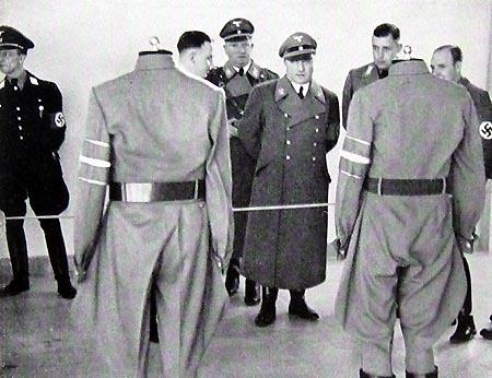 Oficerowie SS oglądający nowe wzory mundurów