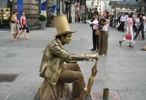 Seniman Yang Merubah Diri Jadi Patung ! [ www.BlogApaAja.com ]