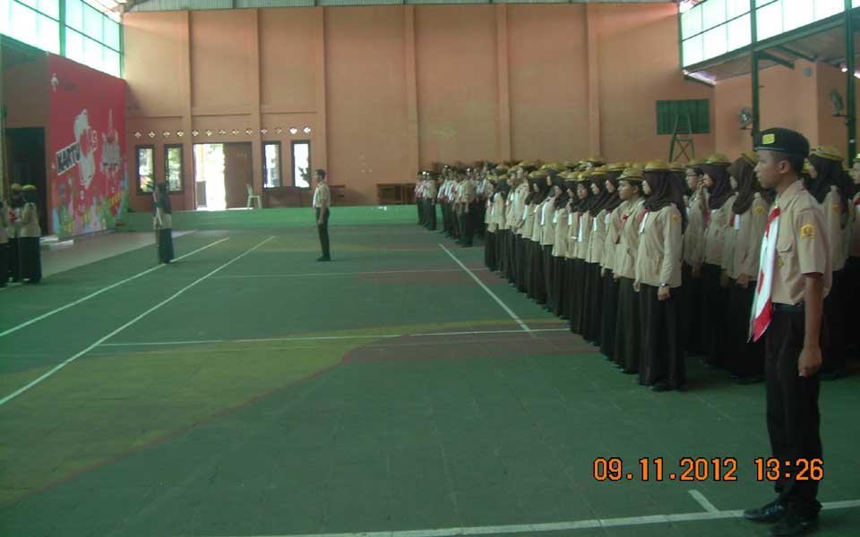 Dilaksanakan di dalam Indor SMA Negeri Banyumas. Petugas apel adalah andik kelas X yang dipilih dan dilatih sebelum kegiatan. Pemilihan petugas akan selalu berganti dan bergilir.