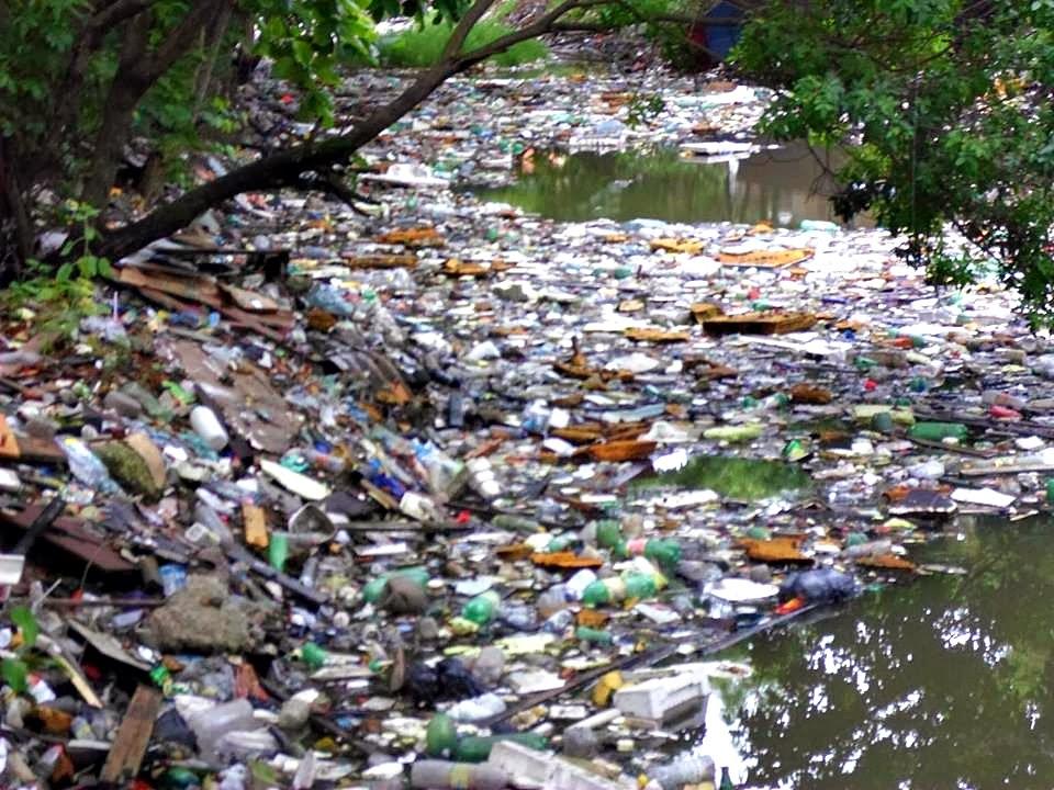 Canal do Dique do Pompeba, em São Vicente, repleto de resíduos sólidos. Sobretudo embalagens plásticas, que com o movimento da maré acabam no mar. Crédito: Gustavo Souza Moraes