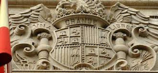 Escudo de la época franquista en un edificio de Almería