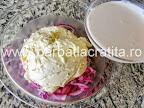 Salata de chiftele cu maioneza preparare reteta - adaugam smantana