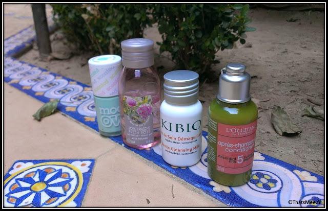 produits soins miniatures voyage lait démquillant Kibio, gel douche Yves rocher rose fraiche, vernis pomme sent bon Models own, après-shampoing L'occitane 5 huilles essentielles