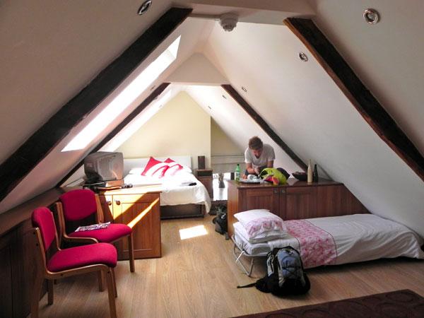 small attic bedroom pictures - Desain kamar tidur loteng solusi untuk ruang kecil