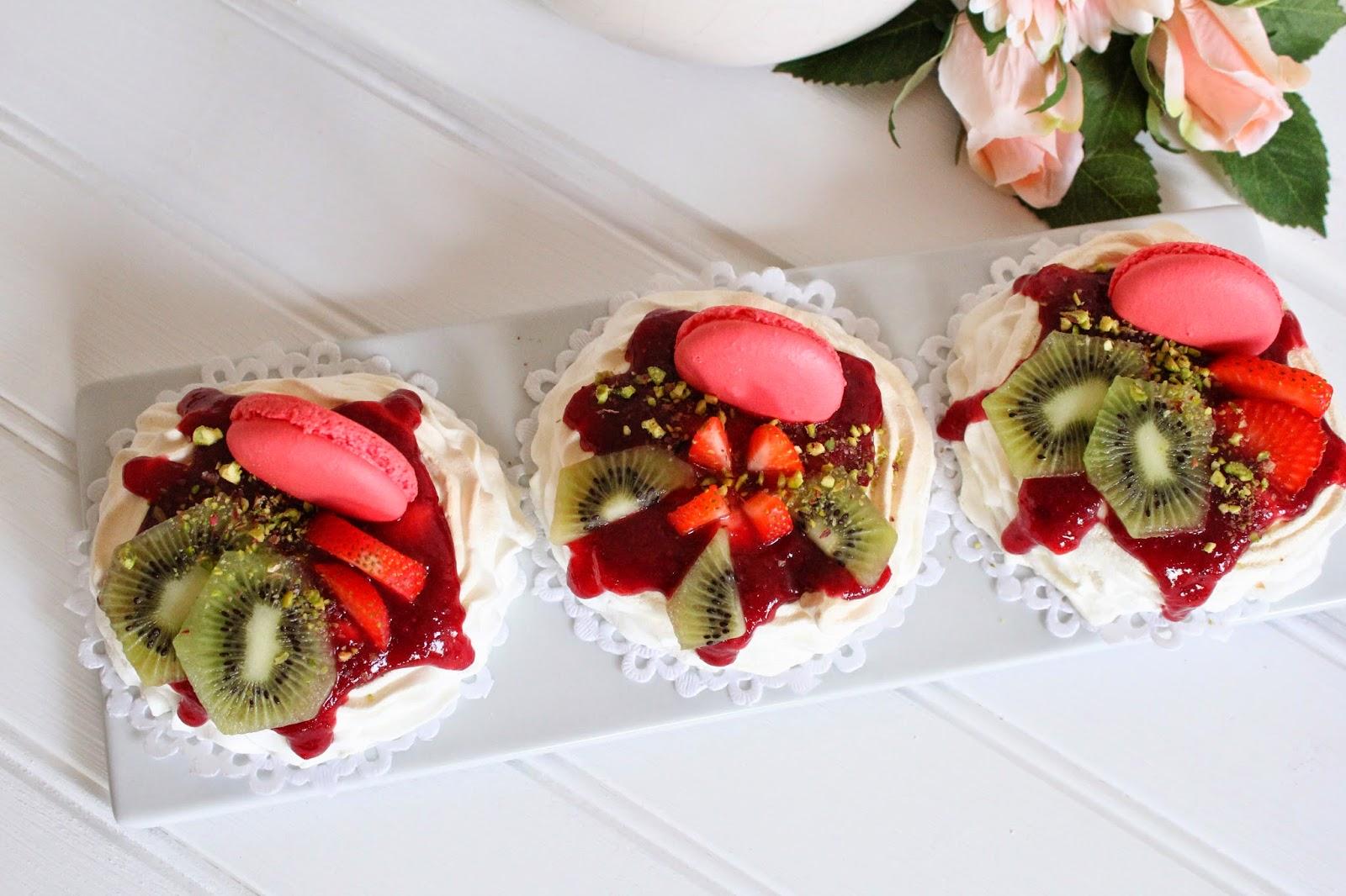 pavlovas-de-fruta-y-coulis-de-cerezas