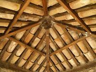 Detall del sostre d'embigat i teules del Comunidor de Gaià
