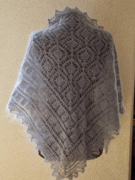 TE KOOP: licht grijze dikkere Orenburgse geitendons sjaal.