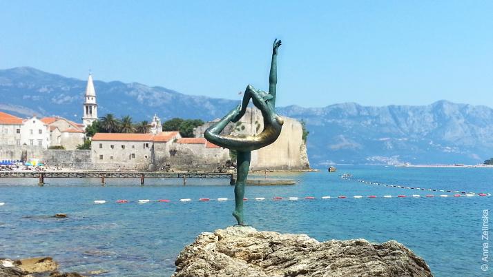 Статуя гимнастки на пути к пляжи Могрен, Будва