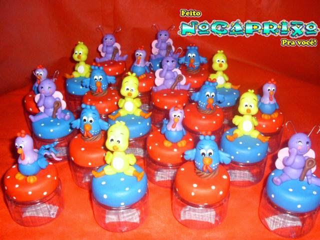 Potinhos plásticos com aplicação de biscuit Galinha Pintadinha