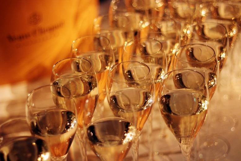 champagne for free, veuve cliquot, orange, veuve cliquot at fashionweek, treibstoff bei der fashion week, was trinken und essen bei der fashion week, blogger leben