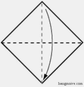Bước 2: Gấp chéo tờ giấy theo hướng ngược lại (từ trên xuống) và giữ nguyên nếp gấp