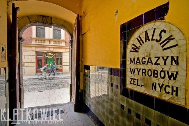 Kraków. Zabytkowe kafle. W. Halski Magazyn Wyrobów Żelaznych.