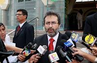 Ministro de Justicia y Derechos Humanos, Juan Jiménez Mayor declara a la prensa en los exteriores de la sede ministerial. Foto: ANDINA/Norman Córdova
