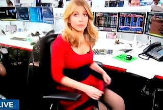 rubia reportera con vestido rojo y la falda levantada y un consolador en vivo en television