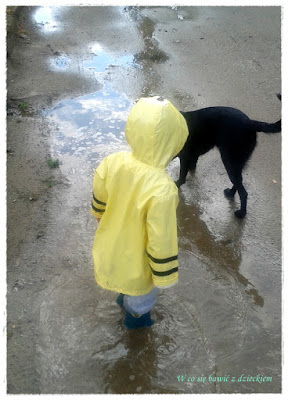 spacer w deszczu, skakanie po kałużach