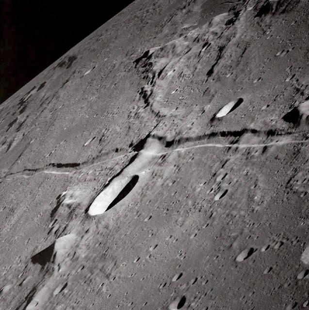 Does the Moon Have split? : Apakah Bulan Pernah Terbelah?