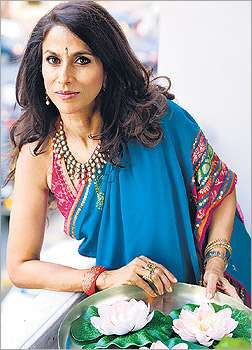 shobha de in saree