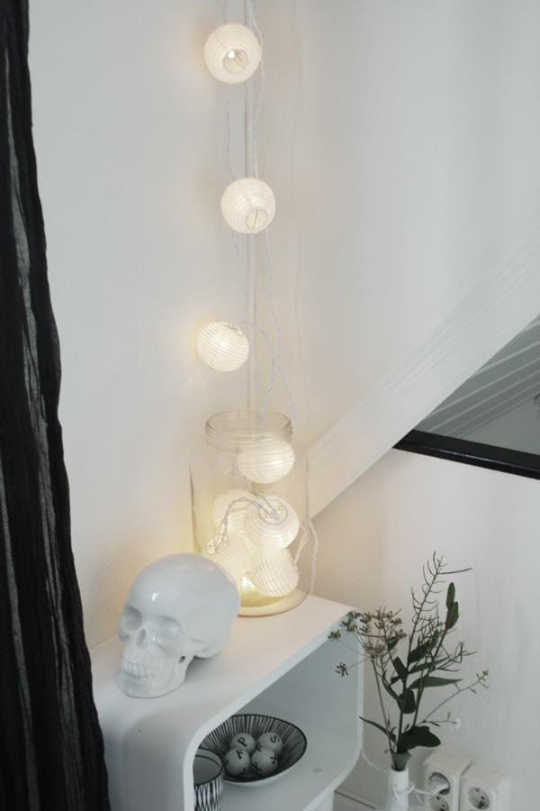 ljusslinga, belysning i hallen, vit hall, inredning i hallen, inredningstips, lampa i hallen