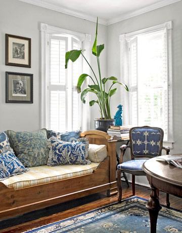 salon rustico con chaiselonge en azul