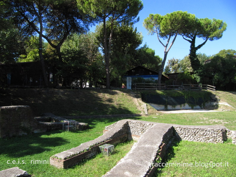 Anfiteatro romano di Rimini e, sul terrapieno, il Centro Educativo Italo Svizzero.