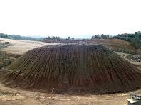 Detall de l'acumulació de residus a la pedrera de la Roca dels Plans