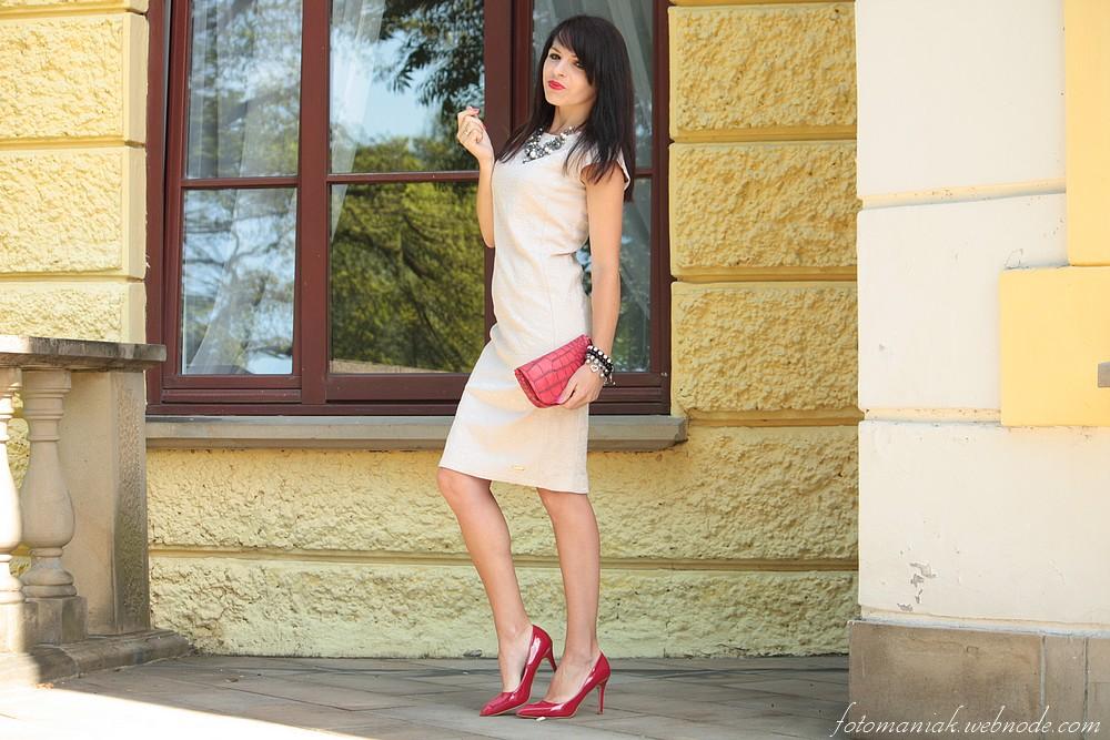 Klasyczna Koktajlowa Bezowa Sukienka I Czerwone Dodatki