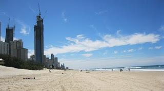 Playa y rascacielos de Surfers Paradise.
