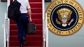 Δείτε τι περιέχουν οι μαύροι χαρτοφύλακες που έχουν Μ.Ομπάμα και Β.Πούτιν