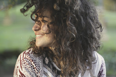 Biarkan rambut tergerai bebas dari hijab saat berada di rumah agar rambut bisa bernafas