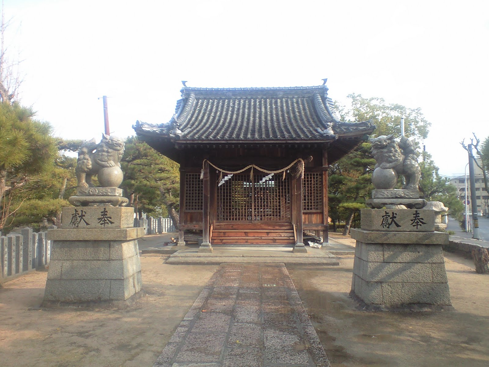 拝殿と狛犬