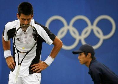 smešne slike: teniser Srbije Novak Đoković ugrizao teniski reket