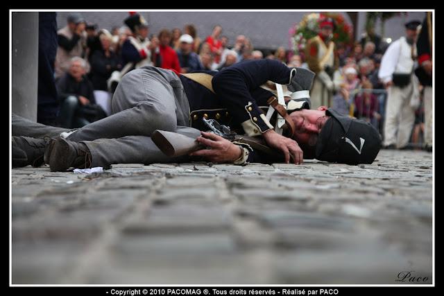 soldat à terre lors de la reconstitution du bicentenaire du siège de rocroi