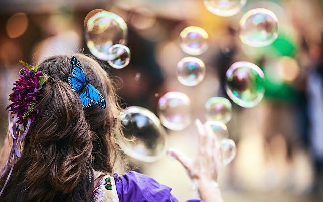 En el Parque Jugando con Burbujas de Jabon Imagenes de Burbujas