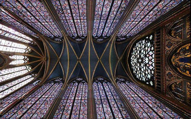 Sainte-Chapelle: panorâmica permite apreciar a caixa de vitrais que forma a capela