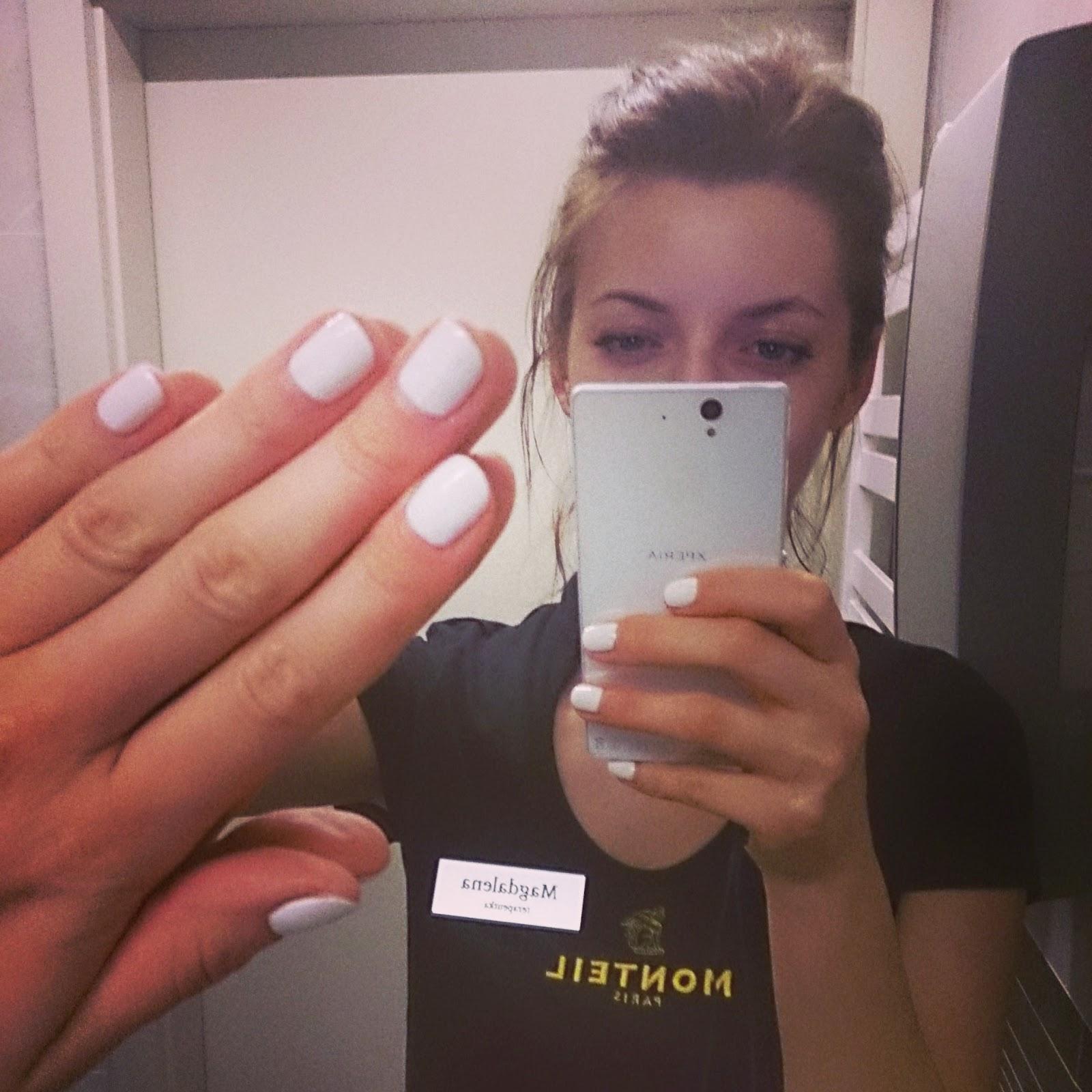 biały lakier na paznokciach