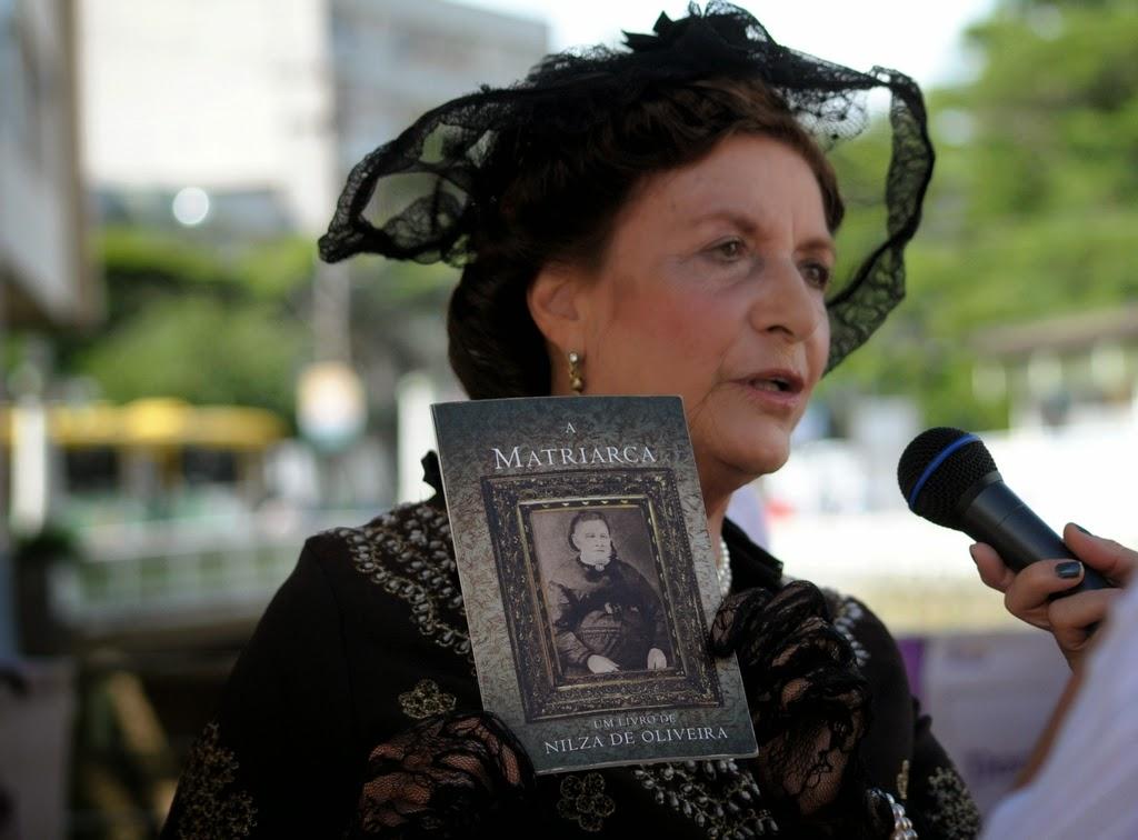 A artista Edinar Corradine interpreta 'A Matriarca' em ação pelo Dia da Mulher