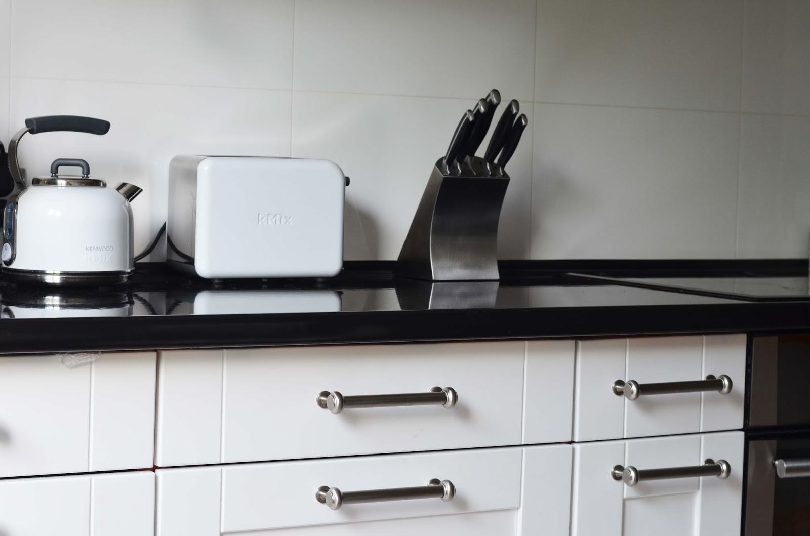 dekorator amator Biała kuchnia  -> Kuchnia Biale Meble Czarny Blat