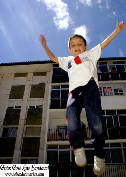 niño baja o sube en el salto